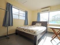 【客室】洋室シングル(定員1名様)。Wi-Fi接続可能です。冷蔵庫・TV・エアコン完備。