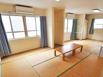 【客室】和室(定員5名様)。広いお部屋でグループ旅行に便利です。Wi-Fi接続可能です。