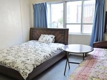 【客室】洋室ツイン(定員1~2名様)。大きな窓から光が差し込み明るいお部屋。Wi-Fi接続可能です。