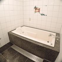 *ダブル・ツインルーム一例/トイレと独立したバスルーム。入浴剤付き、湯船でゆったりとお過ごし下さい。