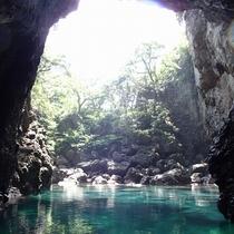 海のトンネルを抜けると、幻想的な空間が…