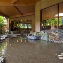 香肌峡の自然を眺めれる岩造りの露天風呂