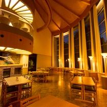 吹き抜けの喫茶スペースは開放感があります