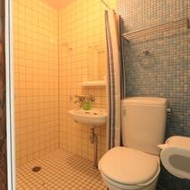 【洋室ツイン】シャワー・トイレ付です。