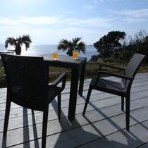 【部屋から繋がるウッドテラス】テラスから見える海の景色は最高です!心癒されるひと時をお過ごしください