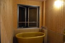 お部屋のお風呂は、信楽焼きの浴槽使用の半露天風呂となっております。