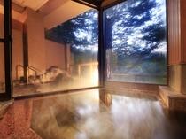 自家源泉かけ流しの本物の温泉が、4つの浴槽に常時注ぎ込みます。写真は雷神の湯・内風呂の夕景