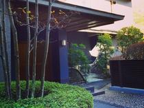 華山の玄関から木賀温泉入口バス停までは徒歩1分