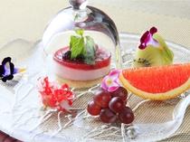 デザート1例 フランボワーズのムースにエディブルフラワーを添えて