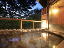 雷神の湯・露天風呂の夕景 湯量豊富な「自家源泉」なので加温も加水も無しの天然温泉100%