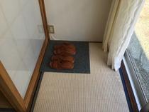 お部屋から庭園に出られるようにゴムサンダルをご用意してます。