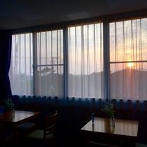 朝日が射し込むカフェスペース