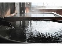 貴重な「黒と灰の湯花」が特徴の源泉。お肌に良い温泉です。