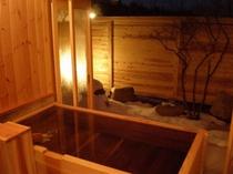 離れ客室露天風呂には、宮城県北産の桧又は350年物の古代杉を使用しております。