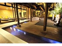 足湯 夜にはスパライトが灯り、幻想的な空間が広がります。