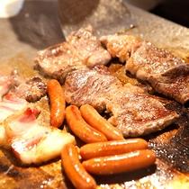 知床豚のベーコンなど朝食鉄板焼