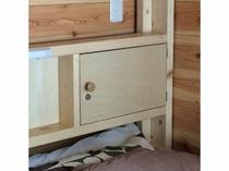 ベッドの鍵付き棚