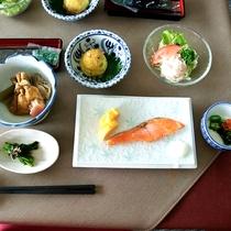 *【朝食・一例】焼き魚を中心とした和朝食をを食べて朝から元気いっぱい!
