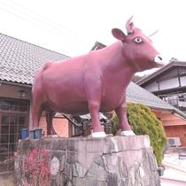 *大きな牛の像が当館の目印