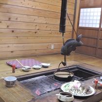 *趣のある囲炉裏端でのお食事