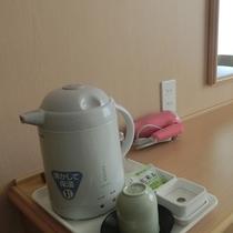 【客室デスク】テレビ、電気ポット、湯のみ、コップ、お茶