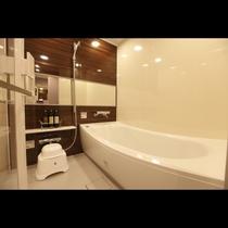 コージーツインルーム、アマネクダブルルームは160cm×160cmの洗い場、ワイドミラー付バスル