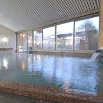 *女湯の内湯。開放感のある広いお風呂でリフレッシュ。ジェットバスもあります。
