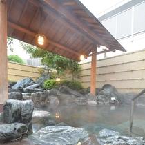 *開放感あふれる露天風呂。夜は23時まで、朝は6時からお楽しみ頂けます。