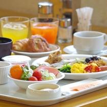*朝食は日によってバイキングか和定食に。バイキングでの盛り付けの一例です。