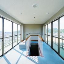 屋上には展望台があるので眺望をお楽しみください。