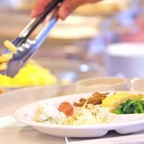 *朝食バイキング お好きなものを好きなだけ。ドリンクも4~5種類豊富に。