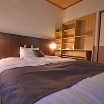 *和洋室のベッドルーム。ベッドは120cm幅のWベッドをご用意。ゆったりお休みください。