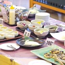 *朝食バイキングは、和食・洋食・中華の3つの料理並びます。*