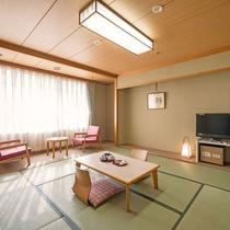 和室一例。8畳のお部屋。お部屋にはトイレ・冷蔵庫・お茶セット・アメニティをご用意。