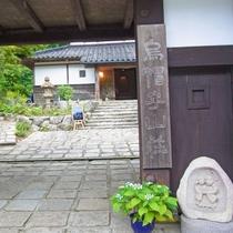 【外観】黒塀が目印の純日本旅館。