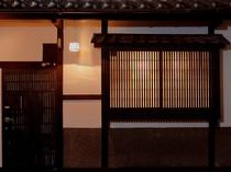 ランプが灯る京町家の外観