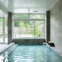 窓の外に軽井沢の自然を感じられる内湯。柔らかなぬくもりに満ちた空間も魅力(男湯)