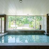 旧軽井沢エリア唯一の天然温泉露天風呂。岩手花巻の<美肌の湯>を直送。とろとろの湯はまるで化粧水のよう