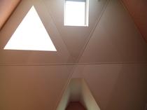 天空の間(火の間)の大きな三角天窓付斜め天井