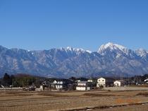 雪化粧した南アルプス甲斐駒ケ岳がテラスから一望