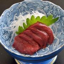 *夕食一例/会津名物の桜刺し。辛味にんにく醤油ダレでいただくのが特徴です。