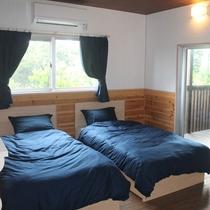 *2階寝室/シンプルなダブルベッドルーム