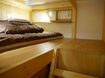 ドミトリーのベッド(スーツケースを真横におけるゆったりスペース)