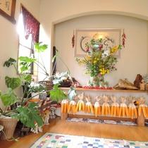 *(玄関前)館内の内装は女将の手作りのものやこだわりがいっぱい!