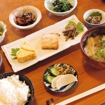 *【朝食一例】女将手作りの地元食材を使った素朴なメニュー。