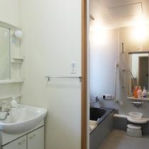 *館内浴室/24時間ご利用いただける館内のシャワー&お風呂。
