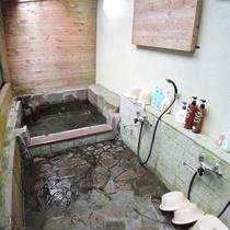 *貸切岩風呂/木の温もりを感じられる岩風呂で1日の疲れをリフレッシュ。