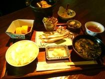 奈良県産のお米ヒノヒカリを使用した人気の和定食です。