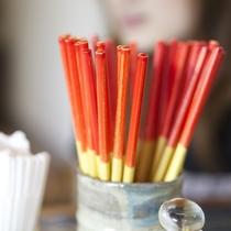 食堂で見かけるお箸、方言でウメーシ