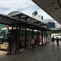 ③JRハイウェイバスさんの乗り場を左手に更にお進みください。
